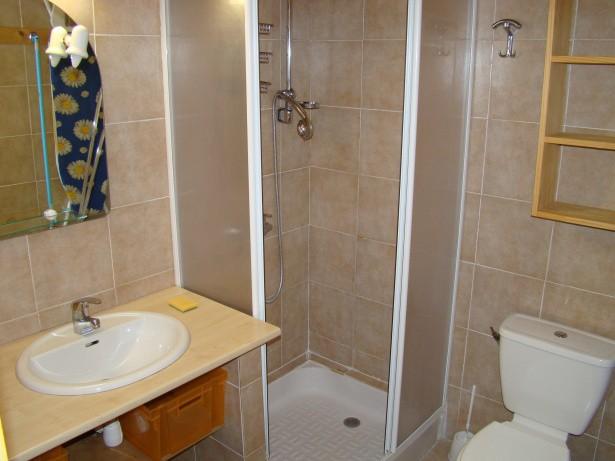 salle de bains du F2 jardin à beau désert