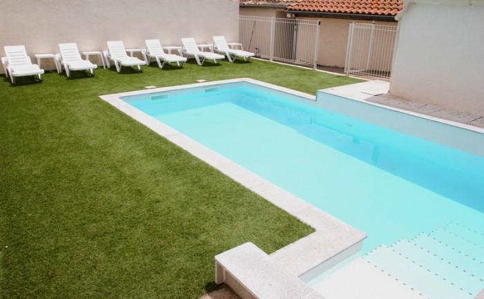 espace baignade dans la piscine de la location