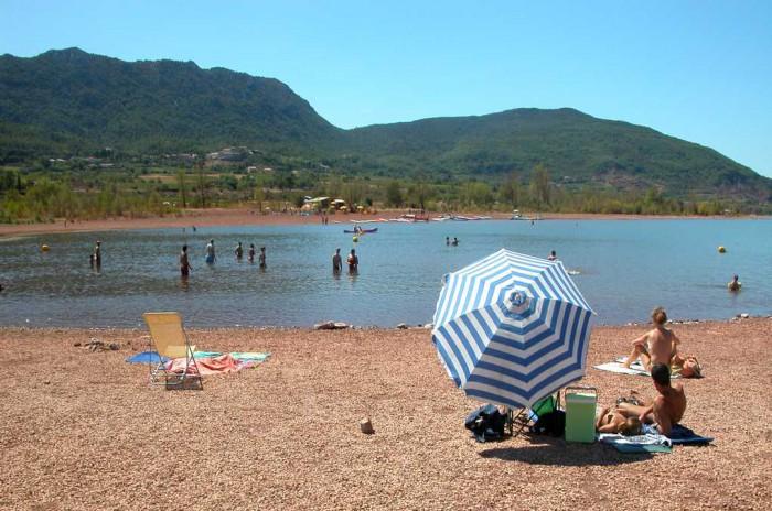 une des plages pour la baignade au lac du salagou